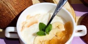 Pudding ryżowo-kokosowy z bananem i konfiturą