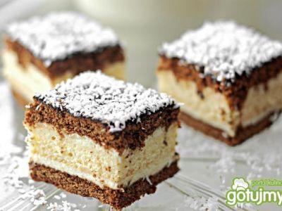 Ciasto można polać polewą i posypać wiórkami kokosowymi.