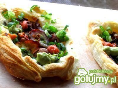 Kolorowe mini tarty z grzybkami i cebulą