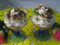 Alkoholowy deser z owocami, kremem i czekoladą