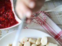 Amarantusowo-orkiszowe kopytka z sosem truskawkowy
