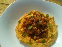 Aromatyczna mielona wołowina na humusie