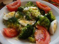 Brokuły z jajkiem i kolorowymi ziołami