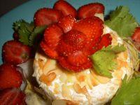 Camembert w migdałąch z cykorią i truskawkami