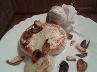 Camembert z chipsami czosnkowymi.