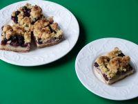 Ciasto z borówkami, rabarbarem i kruszonką