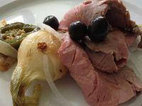 Delikatna polędwica z smażoną cebulą.