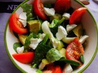 Dietetyczna sałatka z szpinaku i mozzarelli