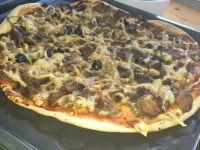 Domowa pizza z oliwkami