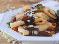 Drożdżowe naleśniki z czekoladowym sosem