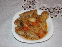 Duszony królik w sosie pomidorowym