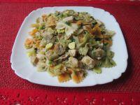 Farfalle z mięsem, warzywami i czosnkiem
