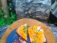 Kiełbaski z bruschettą z żółtymi pomidorami