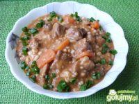 Gulasz wieprzowy z pęczakiem i marchewką