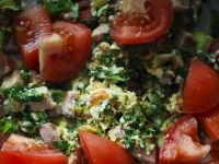 Jajecznica z zielskiem i pomidorami