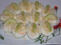Jajka z majonezem, serem i ogórkiem
