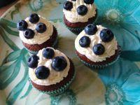 Kakaowe muffinki z kremem i borówkami