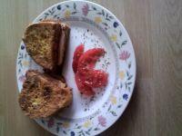 Kanapki w jajku z pomidorem