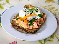 Kanapki z łososiem, jajkiem i sezonowymi  ziołami