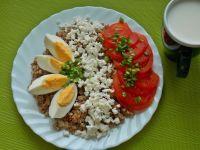 Kasza gryczana z pomidorem, twarogiem i jajkiem