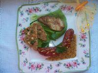 Kiełbaska z grillowaną gruszką i ziołową grzanką