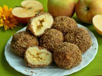 Knedle z jabłkami w orzechowej panierce