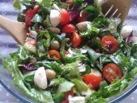 Kolorowa sałatka z pomidorkami i mozzarellą