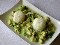 Kurczak w sosie brokułowym podany z ryżem