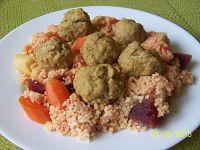 Kuskus z warzywami i gotowanymi pulpetami mięsnymi