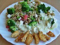 Makaron pełnoziarnisty z warzywami i sosem