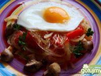 Makaron ryżowy z pieczarkami i jajkiem
