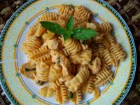 Makaron z kurczakiem w sosie pomidorowo-bazyliowym