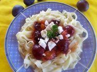 Makaron z sosem śliwkowym i fetą
