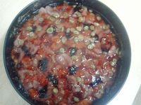 Mały biszkopt z galaretką, owocami oraz kleksikami