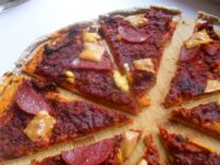 Mięsna pizza w ostrym sosie pomidorowym