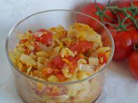 Młoda kapusta z pomidorami
