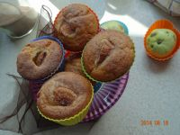 Muffinki z jabłkiem posypane cynamonem