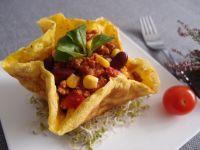 Naleśnikowe ziołowe miseczki z chilli con carne