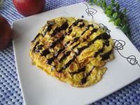 Omlet na słodko z jabłkiem i sosem czekoladowym