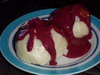 Pampuchy z owocowym sosem