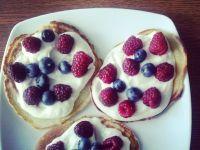 Pancakes z serkiem waniliowym i owocami