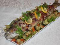 Pieczony łosoś z warzywami w szynce parmeńskiej