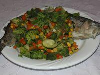 Pieczony pstrąg w warzywach