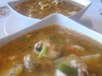 Pikantna zupa z owocami morza.