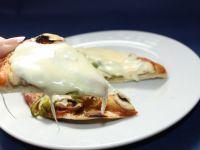 Pizza rewelacyjna z dwoma rodzajami łososia