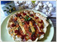Pizza-tarta z szynką, pieczarkami i marchewką