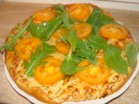 Pizza z białym sosem i pomidorami