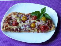 Pizza z boczkiem i oliwkami