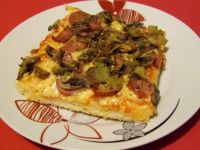 Pizza z kiełbasą, pieczarkami i ogórkiem kiszonym