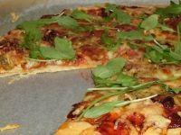 Pizza z mozzarellą, suszonymi pomidorami i rukolą